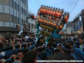 Photo: 【平成23年(2011) 本宮】  祭典本部前で激しく神輿もみ。