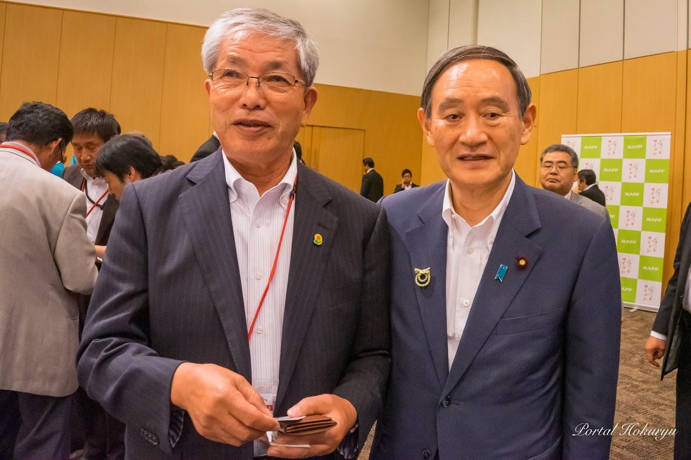 菅義偉 内閣官房長官(右)、黒千石事業協同組合(北竜町)高田幸男 理事長