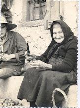 Photo: Consuelo, madre de Nela y Tina, en el portal de Julián.