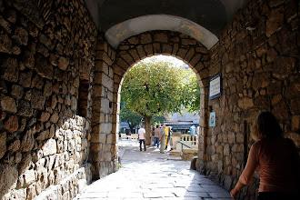 Photo: Sous la voûte de l'hôtel de ville, on pénètre dans la place du Maggiu