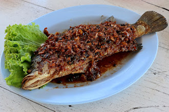 "Photo: fried sea bass topped with three-flavored sauce (""bplah gkrapong sahm roed"")"