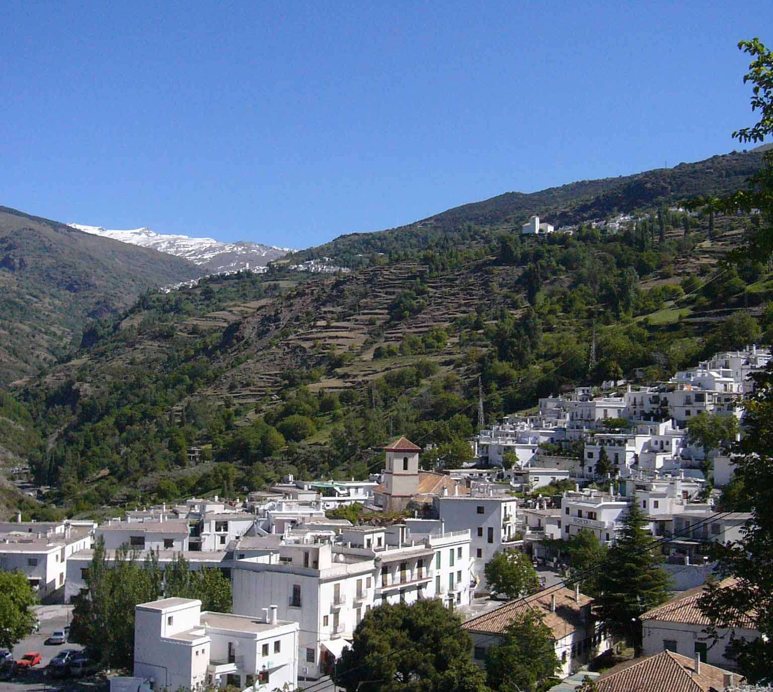 Pueblo en el valle de Sierra Nevada