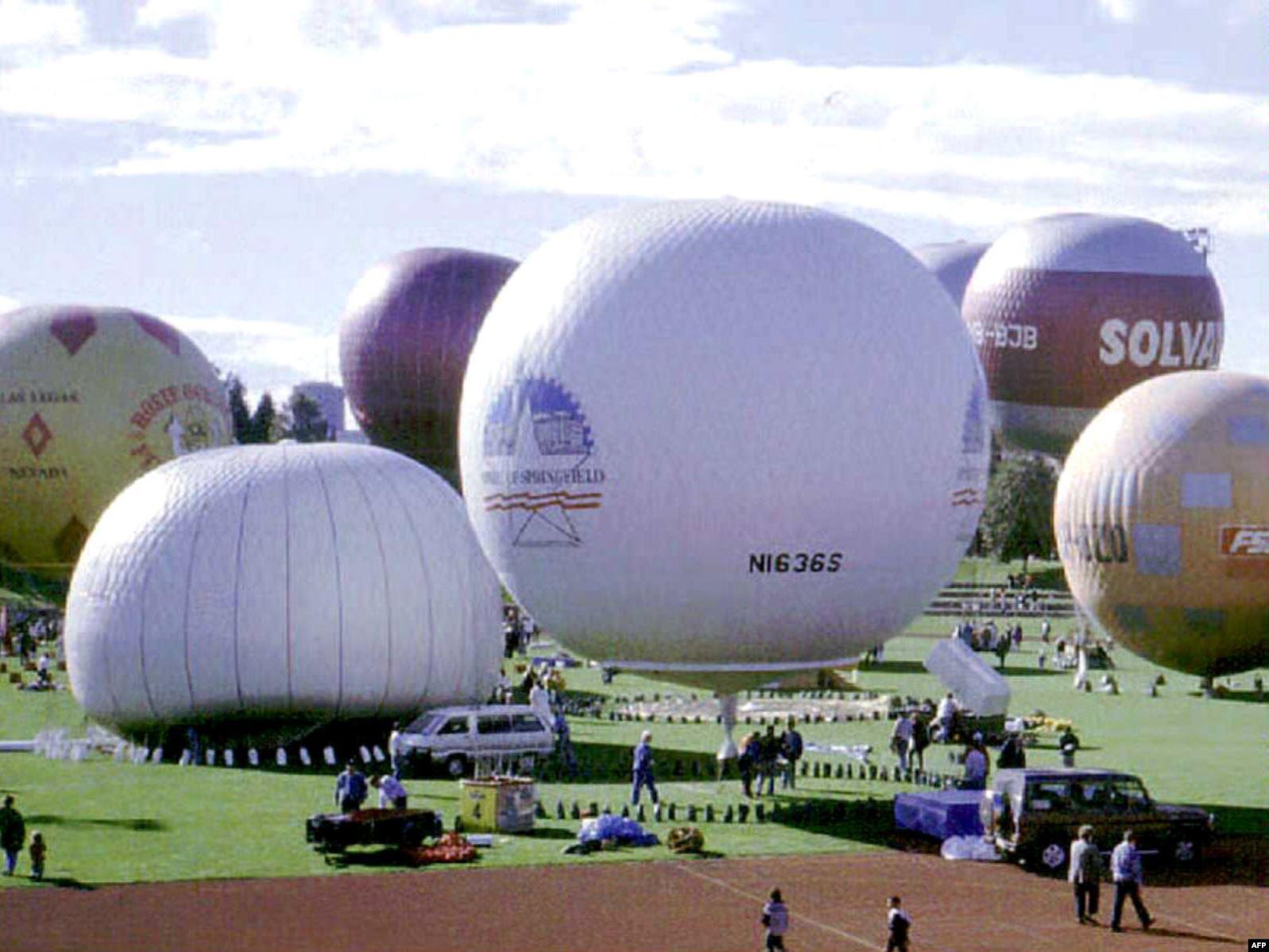 Учасники змагань Кубку Ґордона Беннетта напередодні старту в вересні 1995 року. Куля Стюарта-Джервіса і Френкеля – ліворуч, іще не повністю наповнена газом