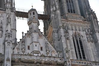 Photo: Katedrála sv. Petra (Dom St.Peter) - nadokenní či nadedveřní trojúhelníkový štít členěný kružbou.