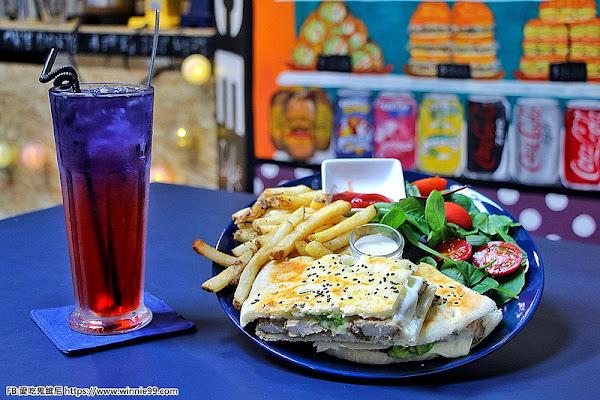 台中早午餐。OkieDokie Cafe 台中西區SOGO附近的咖啡店。提供wifi插座。營業到晚上十點的早午餐咖啡店。老闆將澳洲經典美食原汁原味的呈現,全手工製作的漢堡份量十足!男生也吃很飽。