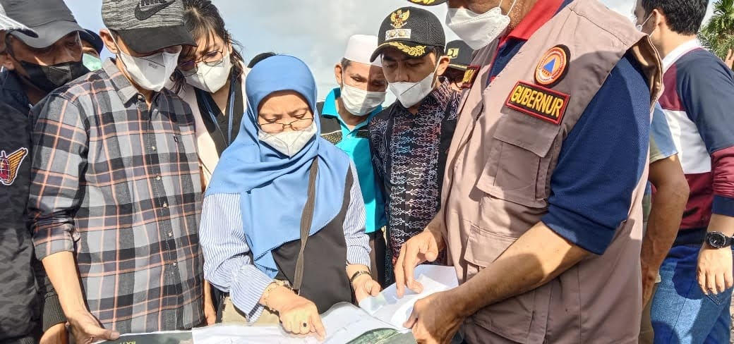 Turun Kelokasi Banjir Kecamatan Rahul Pessel, Gubernur Sumbar Serahkan Bantuan