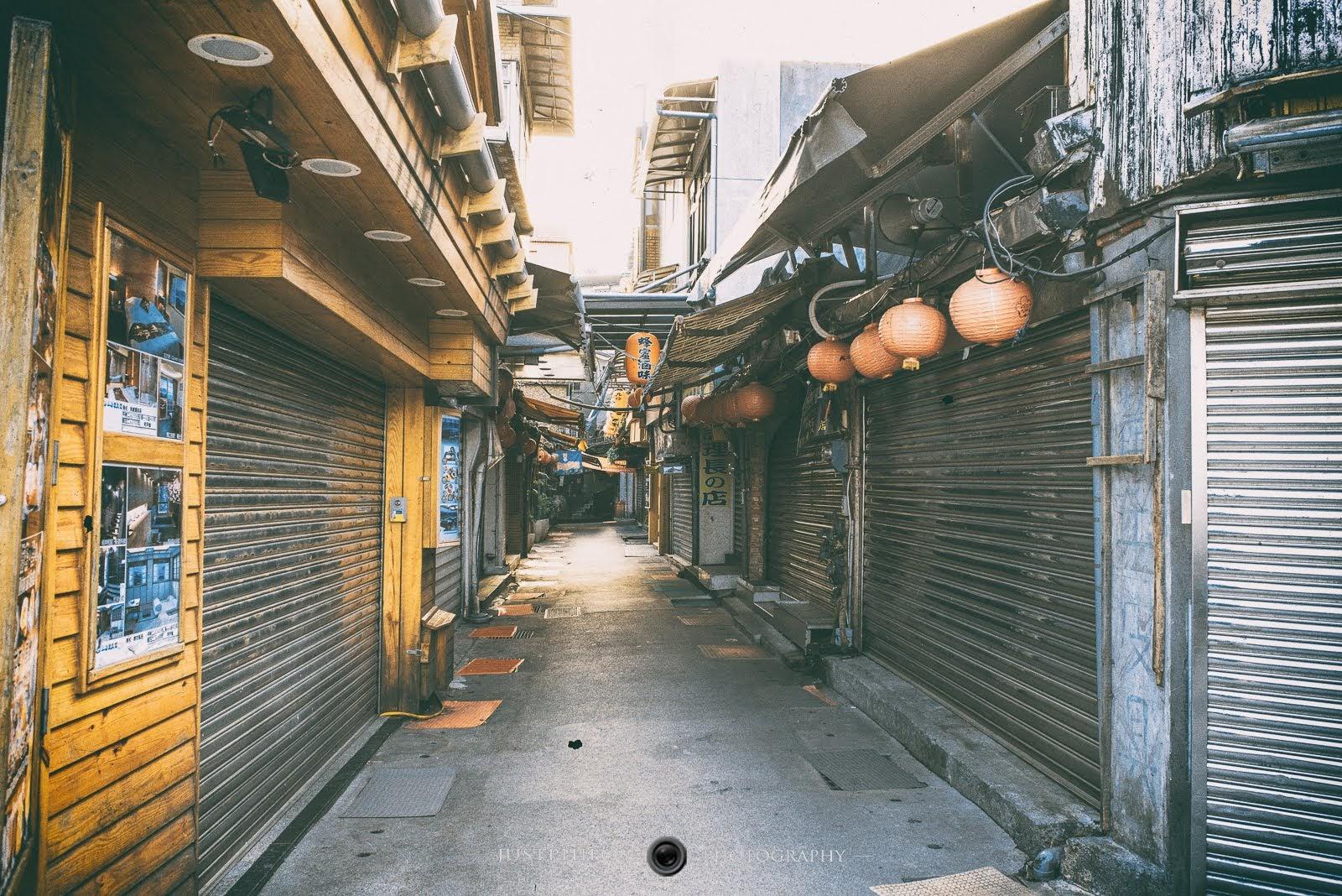 平常熟悉的九份老街,少了喧囂的遊客,霎那間與一般傳統市集沒有太大的差別。