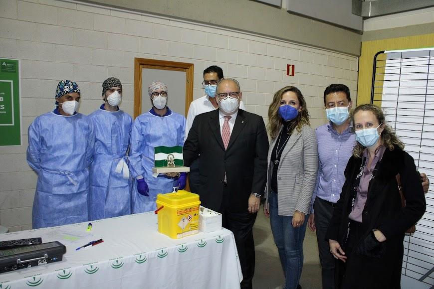 Junto a los sanitarios de la zona de vacunación peatonal del Palacio de los Juegos Mediterráneos.