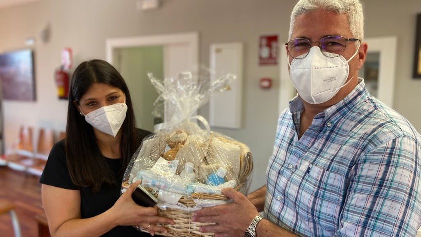 Isamel Torres entrega una de las cestas