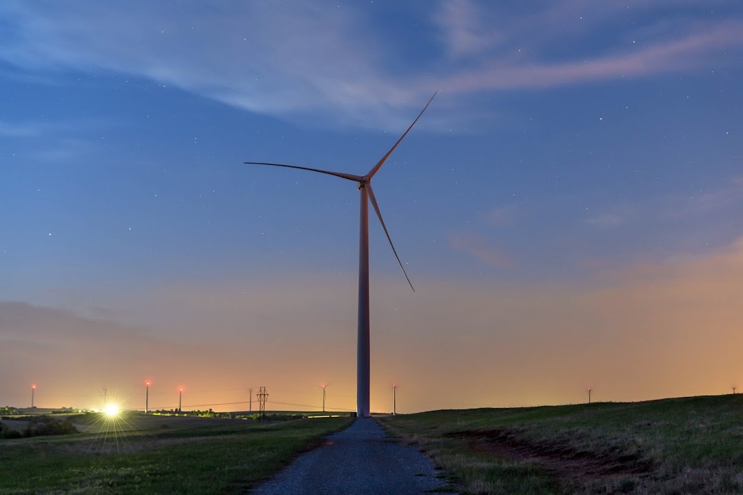 オクラホマ州にある風力発電所の風力タービン 1 基を至近距離で撮影した写真。