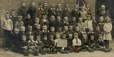 Photo: 1917 Groepsportret 3e klas van de Openbare Lagere School in De óuwe Kaste aan de Dreef.