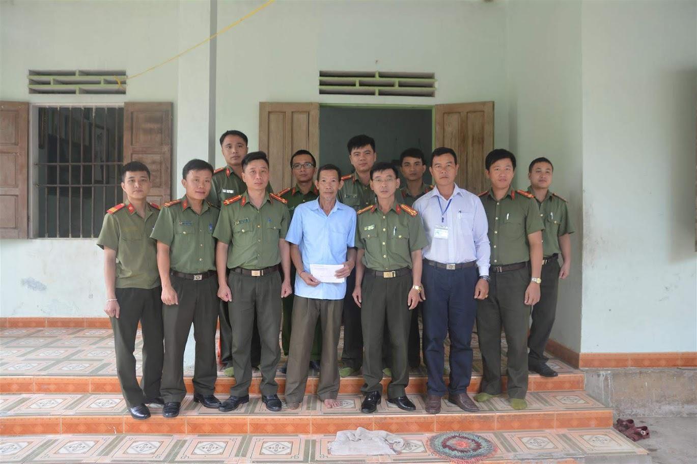 Thăm hỏi, tặng quà thương binh Vi Văn Đồng, 74 tuổi, là thương binh hạng 3/4, hiện sinh sống tại bản Cỏ Nong