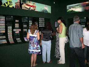Photo: Admirando a variedade de itens da exposição.