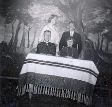 Photo: zittend: Riekus Hadderingh en Harmpje Sloots, staand Ginie Poelman en Jan Oosting