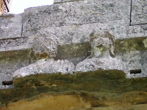 Photo: Andriake, Hadrian and Sabine on the facade of the Granary .......... Hadrianus en Sabina op de gevel van de Graanopslagruimte.