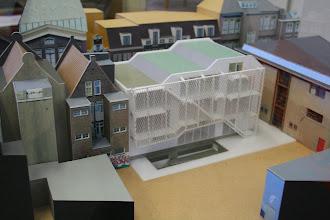 Photo: Maquette van het nieuwe gebouw: gymzaal onder de grond, Ons Genoegen op de begane grond en klaslokalen van de 14e Montessorischool boven