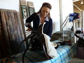 Photo: Viola Ebbecke überprüft und polstert die Sättel nach