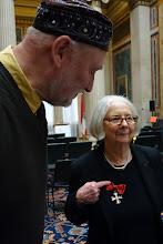 Photo: Verdienstkreuz für Inge M. SCHERER - Verleihung durch Präsident Barbara Prammer am 29.1.2014, Heiner Wesemann mit der Jubilarin. Foto: Peter Skorepa