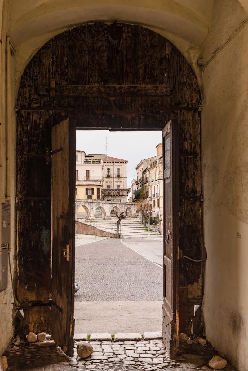 Da una vecchia porta, l'antico borgo di s3V