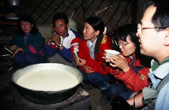 Photo: 03358 ナムジ家/アルヒ(蒸留酒)作り/馬以外の家畜の乳を発酵させ蒸留した酒