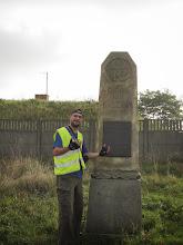 Photo: Po drodze prowadzę wykłady nt ciekawostek historycznych poszczególnych miejscowości. Obelisk upamiętniający bitwę stoczoną 26 sierpnia 1813r., pomiędzy armią francuska a siłami prusko-rosyjskimi (VI koalicja antyfrancuska). Bitwa rozegrała się się na obszarze pomiędzy Kaczawą na pn. i pn-zach., wysoczyzną Płaskowyżu Janowickiego na wschodzie, a Warmątowicami i Bielowicami na południu, w odległości około 10 km. w linii prostej od murów miejskich ówczesnej Legnicy. http://pl.wikipedia.org/wiki/Bitwa_nad_Kaczaw%C4%85