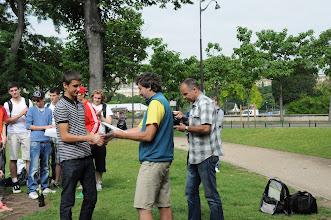 Photo: Je středa ráno 27. června 2012. Nacházíme se pod Eiffelovou věží, kde došlo na zhodnocení školního roku 2011/2012 a předání vysvědčení za tento školní rok. Hezké léto, Romane.