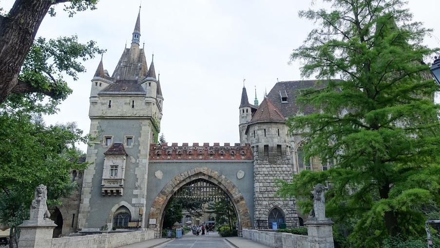 城堡入口很像要進入主題樂園的感覺 XD