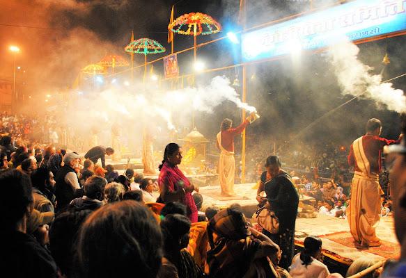 Varanasi, istante della cerimonia serale sulle sponde del fiume Gange.  di Babemc