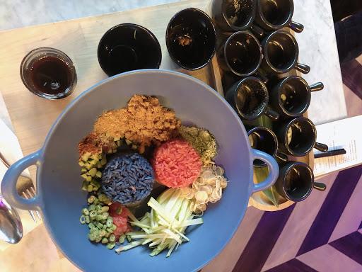 📍台北 Thai J  三哇滴咖🙏🏻沒有看錯這裡可不是清邁,不用搭飛機就可以享受道地的泰北美食,餐廳的裝潢及食物的配色讓剛從泰國回來的c編好像又去了一趟🇹🇭  🍙泰式米沙拉  蝶豆花的藍色