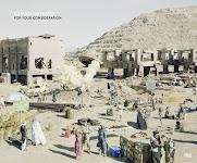 bouwplaats in Midden Oosten: huizen in aanbouw, bouwvakkers, familie, handelaren, enz.