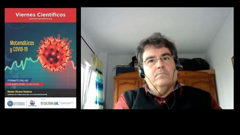 "Renato Álvarez durante la charla ""Matemáticas y COVID-19"""