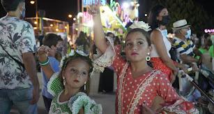 Dos almerienses 'muy flamencas' subieron al Ferial con sus familias para disfrutar de una noche de 'cacharricos' y mucha diversión