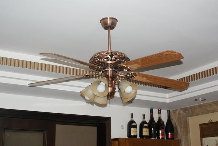 Nên sử dụng quạt trần hay quạt trần đèn cho phòng khách gia đình?