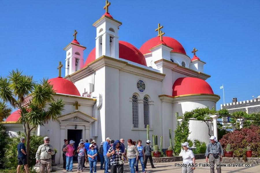 Экскурсия с гидом в Израиле Светланой Фиалкоой в церкви Двенадцати Апостолов в  Капернауме на берегу Галилейского моря.