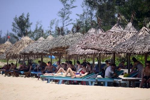 Bãi biển Cửa Đại chuyển khách du lịch sang An Bàng 2