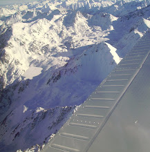 Photo: Vision sur le lac Dets Coubous gelé et enneigé et les petits lacs du cirque de la montagne de Tracens.
