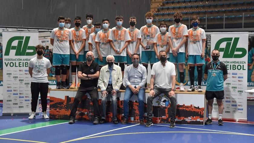 Los campeones con el concejal de Deportes.