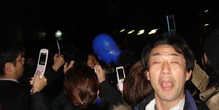 Photo: 2007年12月13日 BLUE MAN GROUP IN TOKYO  N.Y. LONDON そしてTOKYOで観た! 進化している、お客の雰囲気も微妙に違う。 終演後の客だしに携帯で写真を撮る日本人たち。