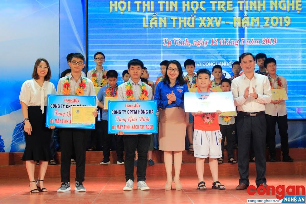 Ban tổ chức trao giải Nhất phần thi kỹ năng lập trình trên máy tính cho học sinh đạt giải