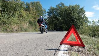 La DGT ve el peligro que conlleva para las personas tener que bajar del vehículo para colocar el triángulo.