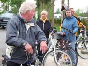 Photo: eine kleine Gruppe hat eine Radtour unternommen und den Streichelzoo besucht