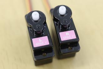 Photo: 腕には小さいほうのサーボモータを使います。「R shld_r」と「L shld_r」から取り付けていきます。