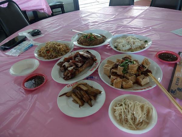 豆腐沾醬很搭,豬腳皮Q肉軟不柴,高麗菜封非常入味,可惜麵線及其他料理都偏油