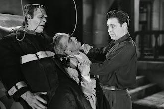 """Photo: Glenn Strange como o Monstro, Boris Karloff como o cientista louco e Lon Channey Jr. como Lawrence Talbot antes de se transformar em Lobisomem no filme """"A Mansão de Frankenstein"""". http://filmesclassicos.podbean.com"""