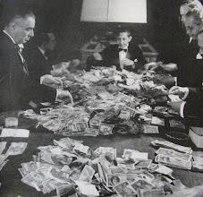Photo: Contagem do dinheiro do cassino Quitandinha. Foto da década de 40