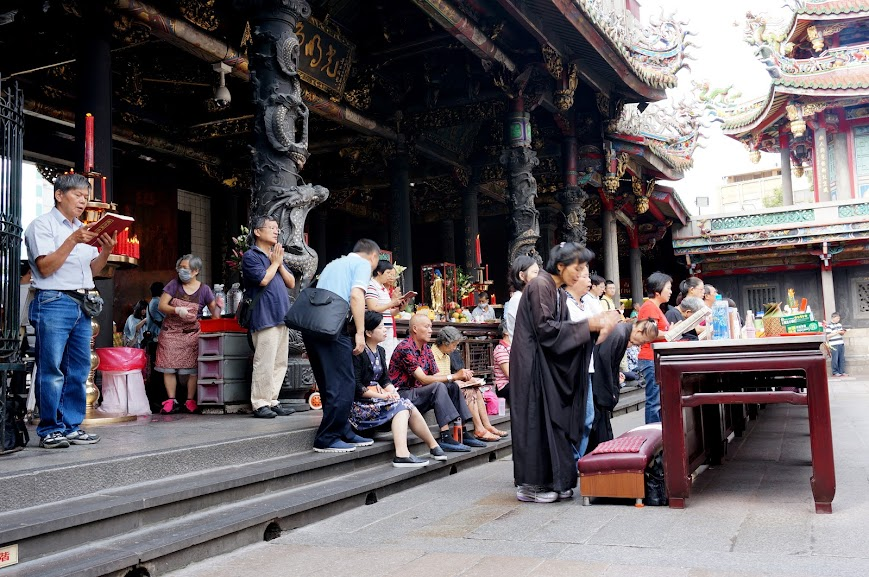 People praying at Mengjia Longshan Temple (龍山寺)