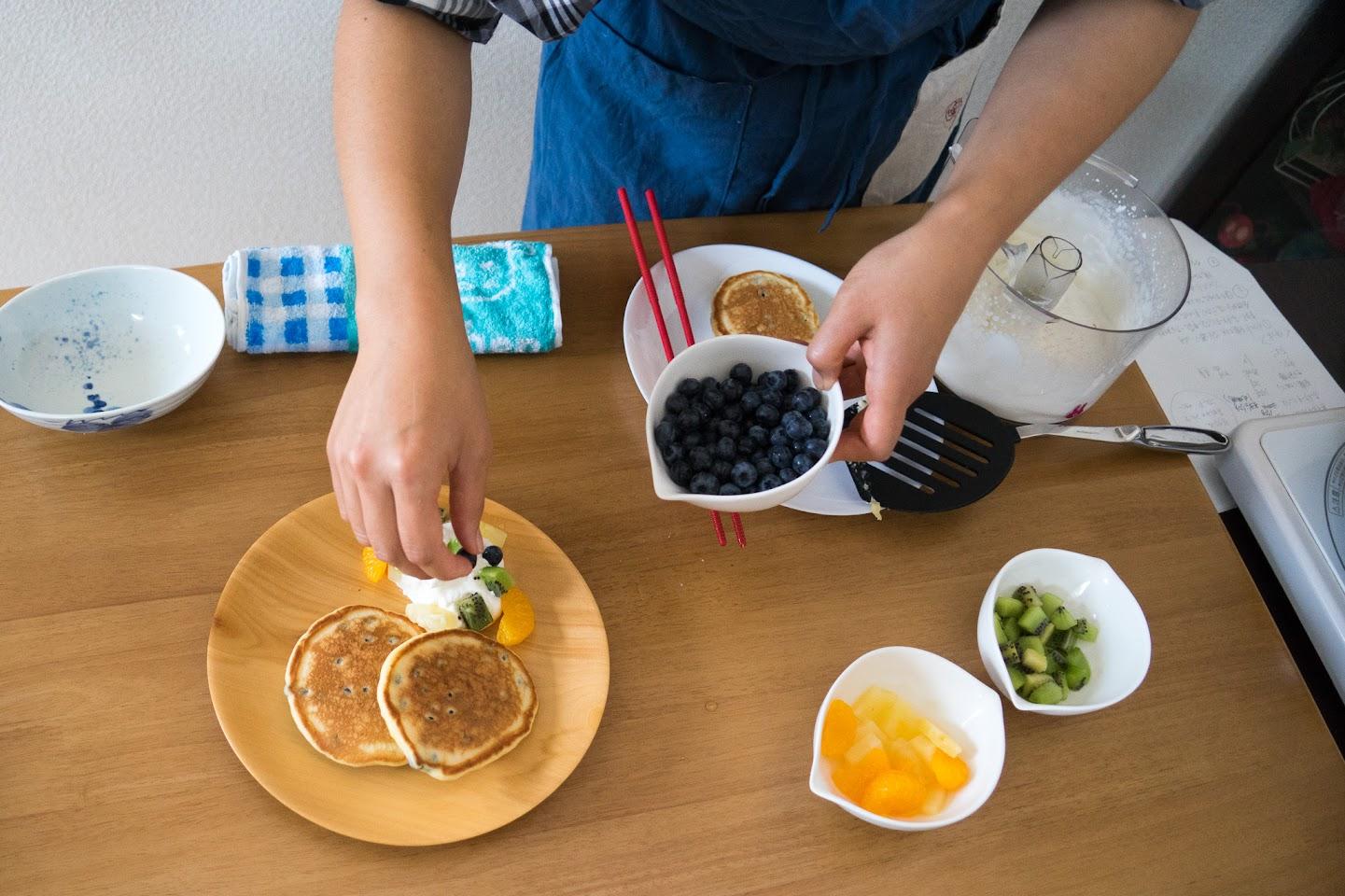 黒千石のもっちりパンケーキ:生クリームとフルーツを添える