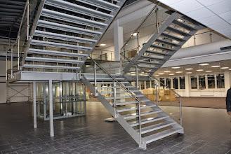 Photo: Stahltreppe mit Glasgeländer und Edelstahlhandlauf Bürohaus Roding BRD