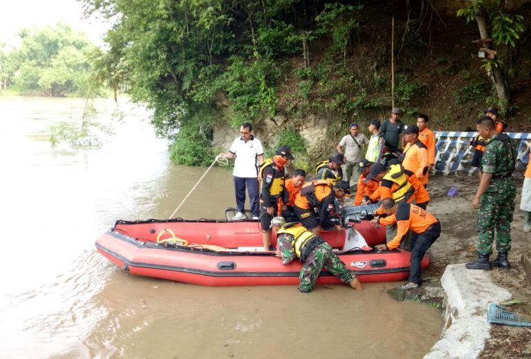 Warga Ngawi Hanyut Di Bengawan Solo