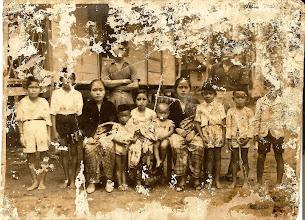 Photo: Foto keluarga H.Abdul Madjid Daeng Sirua, Arung Rajang (1947-1952), tahun 1936. Tempat : Bola-panceE, Bungi-Batulappa. Bola PanceE dibagian depan mempunyai tiang 30 buah, ukuran masing-masing tiang 40x40 cm, Rumah ini dulu didirikan di Rajang, setelah Tuan Langsa Rajang (Jaksa Rajang) pindah ke Pare-pare, rumah ini diserahkan kepada sepupu satukalinya,H.Abdul Madjid Daeng Sirua, dan dipindahkan ke Bungi. http://nurkasim49.blogspot.com